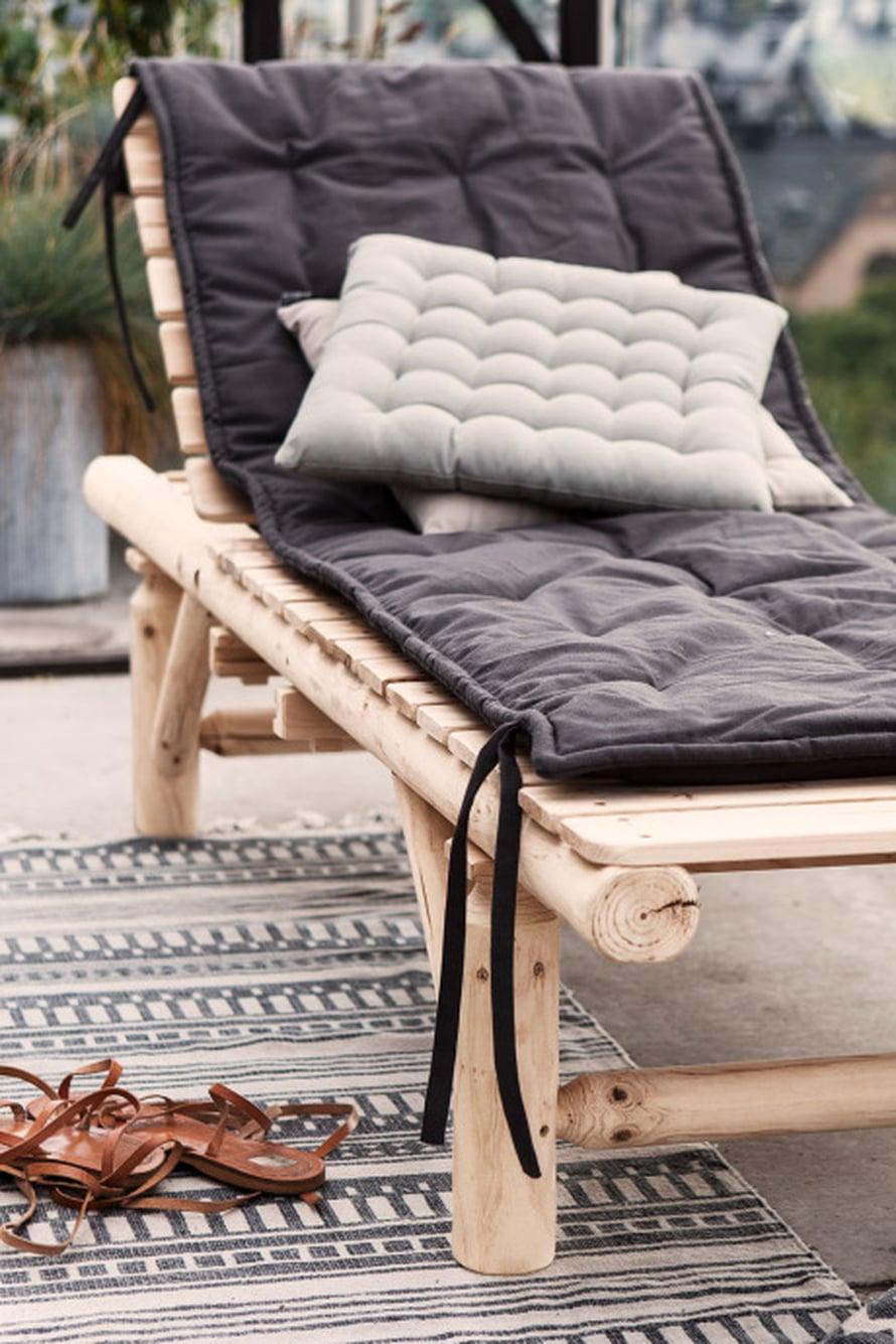 Päiväpeti eli day bed on aina trendikäs. Vaalea puu on ajaton materiaali, jonka tyyliä on helppo muuntaa tekstiileillä. Sun bed 209 e, patja 56,90 e ja tyyny 18,90 e, Granit.com