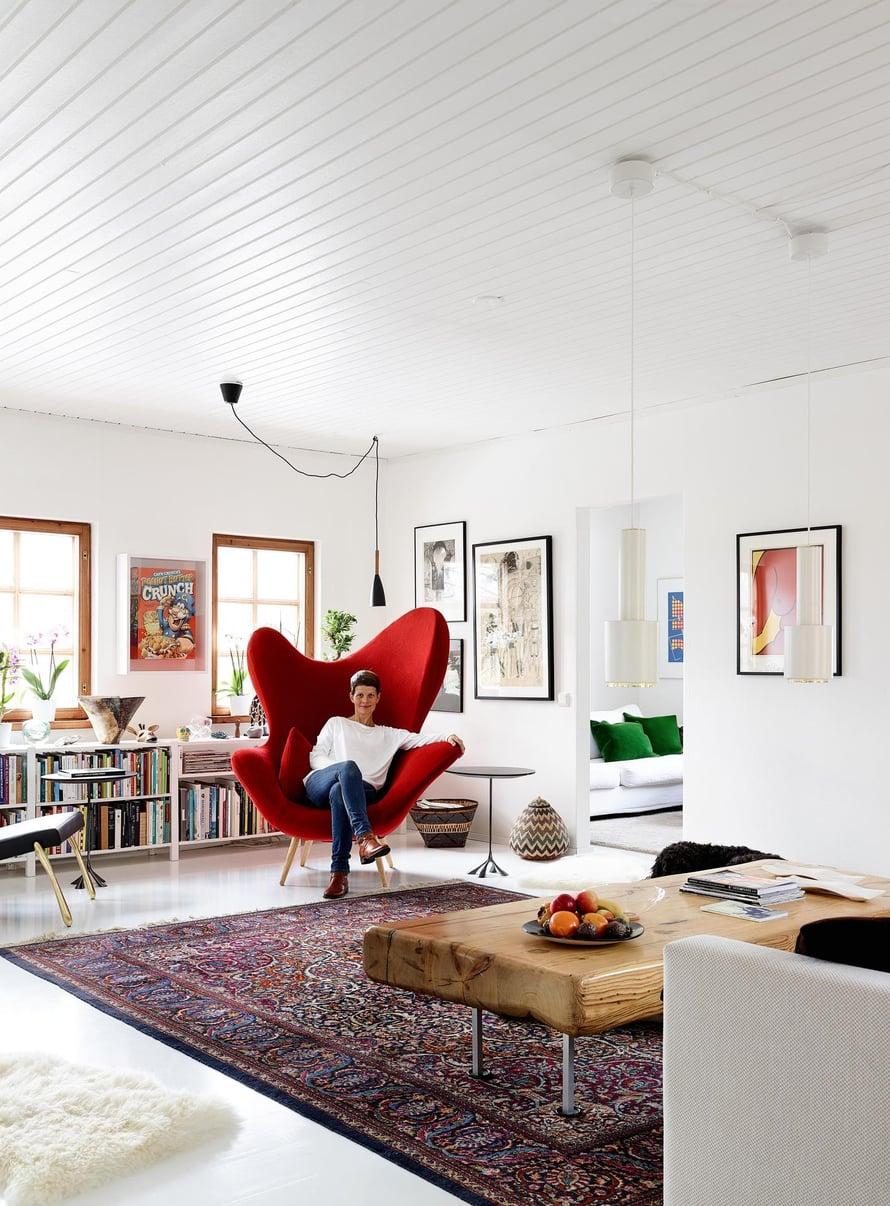 Olohuoneen punainen Happy-nojatuoli syntyi Tuuli Sotamaan kälyn toiveesta, että Tuuli ja veli Kivi Sotamaaa suunnittelisivat jotain iloista. Sohvapöydän on tehnyt sisarusten isä, Taideteollisen korkeakoulun pitkäaikaisena rehtorina tunnettu Yrjö Sotamaa.