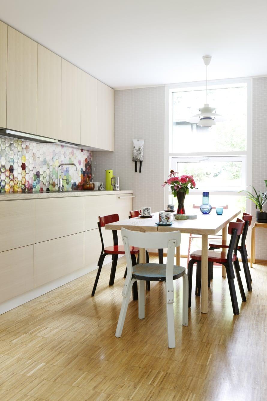 Keittiön pöydän ympärillä on käytössä Heinin puolison Mikon Artek-kokoelmaa. Osan Aallon 69-tuoleista lahjoitti Mikon sisko. Valkea riippuvalaisin on Louis Poulsenin PH 5