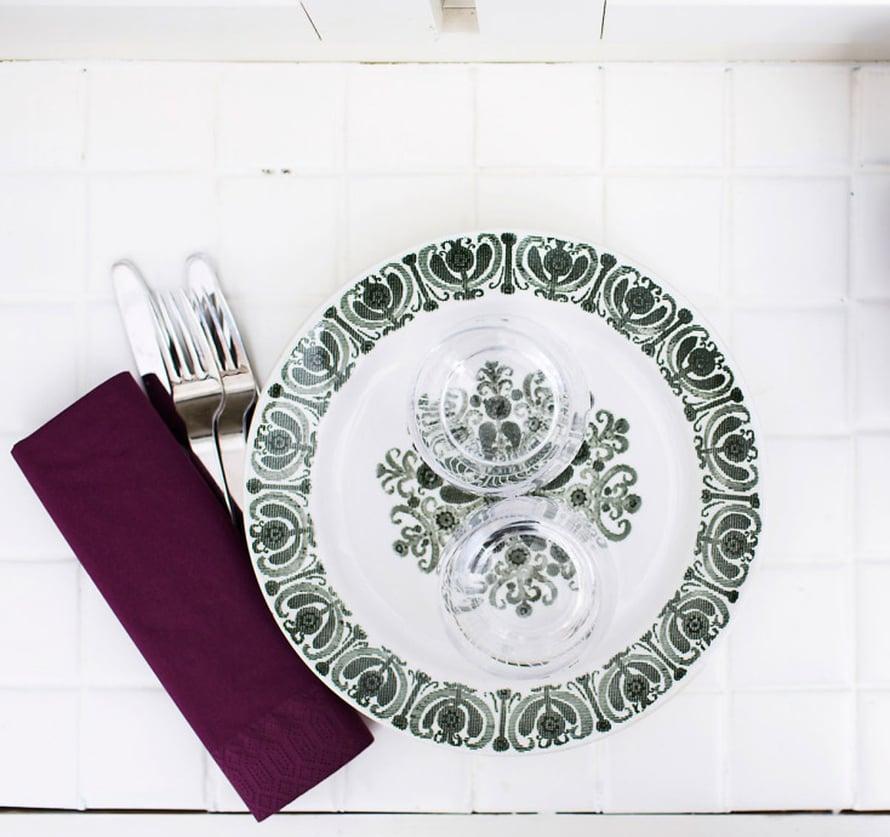 Aino-mummulta saadut Arabian vihreäkuvioiset lautaset vievät Nooran mummulan mannapuurohetkiin.