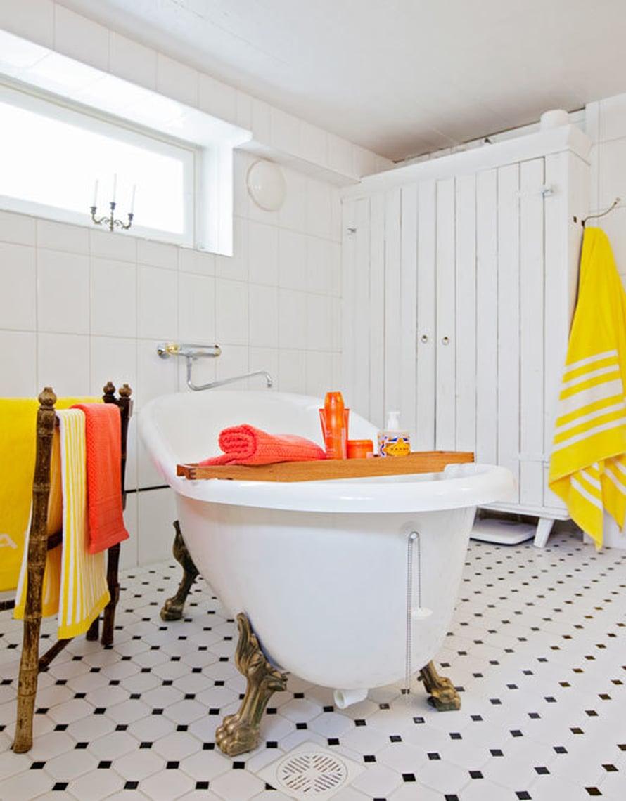 <p><p>Kylpyhuoneen kaunis tassuamme on Svedbergsin ja lattian kaakelit Kaakelikeskuksesta. Pyyhkeet säilytetään kaapissa, jonka Seijan isä on tehnyt maalatusta raakalaudasta. Seija toivoi kaapinovea, joka muistuttaisi vanhan navetan ovea.</p></p>