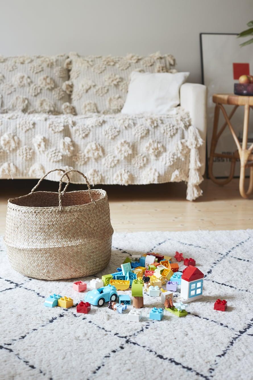 Punottu kori on kaunis ja käytännöllinen säilytyspaikka LEGO DUPLO -palikoille.