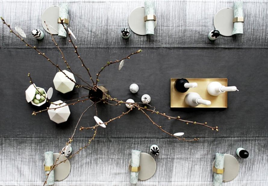 <p><p>Pajunkissat ja maalatut pääsiäismunat viimeistelevät harmaan harmonisen kattauksen. Graafisuus toimii! Kuva: Ferm Living</p></p>