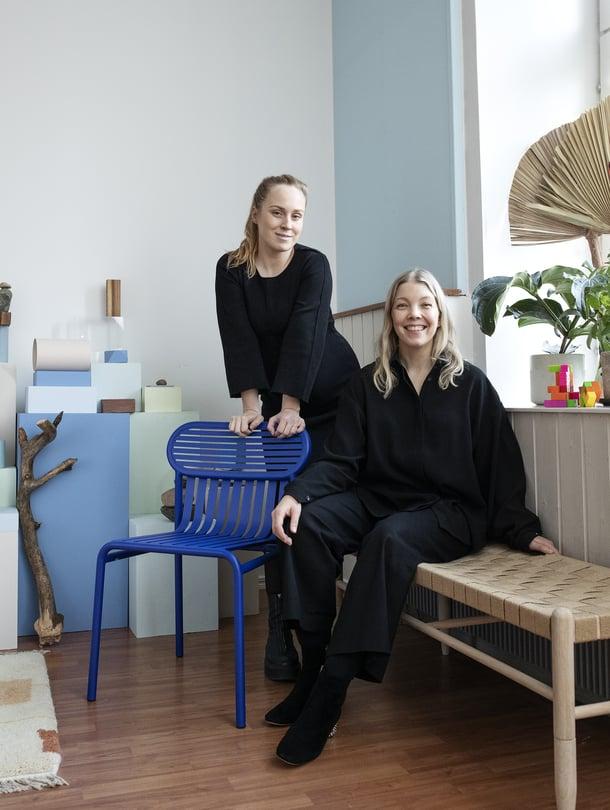 Kirsikka Simberg (vasemmalla) ja Anna Pirkola ärsyyntyvät, jos heidän työtään pidetään pelkkänä kukkien asetteluna.
