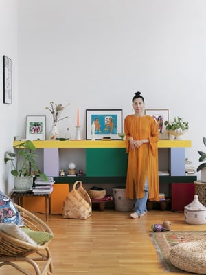 Olohuoneen väripilkku on erivärisistä moduuleista koostuva hylly, jonka Claudian ystävä Lotta Nieminen suunnitteli Helsinki Design Weekin vuoden graafikko -näyttelyynsä.