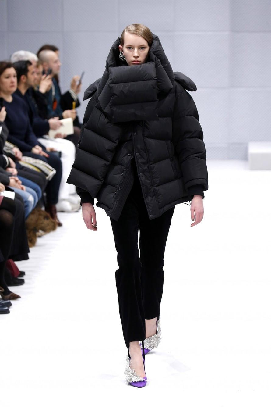Kaikkien kuuluu nyt hehkuttaa Balenciagan Demna Gvasaliaa. Uusin mallisto jakoi mielipiteet. Se oli ehkä jollain tapaa balenciagamaisen arkkitehtonista, mutta onko liian arkista? Suomalaisille kuitenkin hyvä uutinen: toppatakki on in!