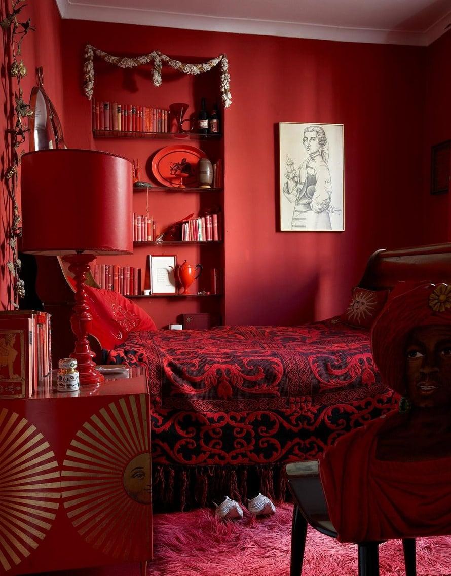 Vierashuoneeseen sisustusta hallitsee punainen väri. Jopa kirjojen nimissä esiintyy sana punainen.