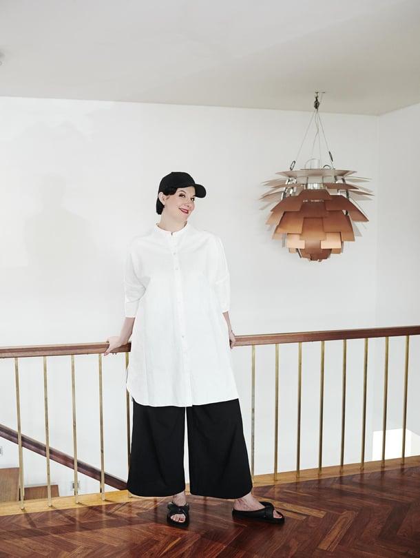 Housut ja lippis ovat Yohji Yamamoto x Adidas (Y-3) mallistosta. Valkoinen tunika on Harris Wharf Londonin.