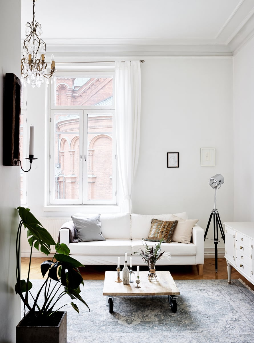 Punatiilinen katedraali näyttää olevan miltei kosketusetäisyydellä olohuoneen ikkunasta. Seinällä on kehystettynä Samin kirjoittama rakkauskirje Carolinalle. Kattokruunu on suvun perintö. Matala, pyörällinen sohvapöytä on Granitista, sohva Ikeasta.
