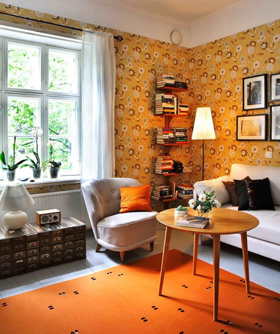 <p><p>Kamarin ruskeat sävyt poikkeavat muiden huoneiden kirkkaista sävyistä. Huoneen tunnelman määrittelee pitkälti Cole & Sonin kukkatapetti ja Pedron harmaa vuodesohva. Huopamatto on Verson.</p></p>