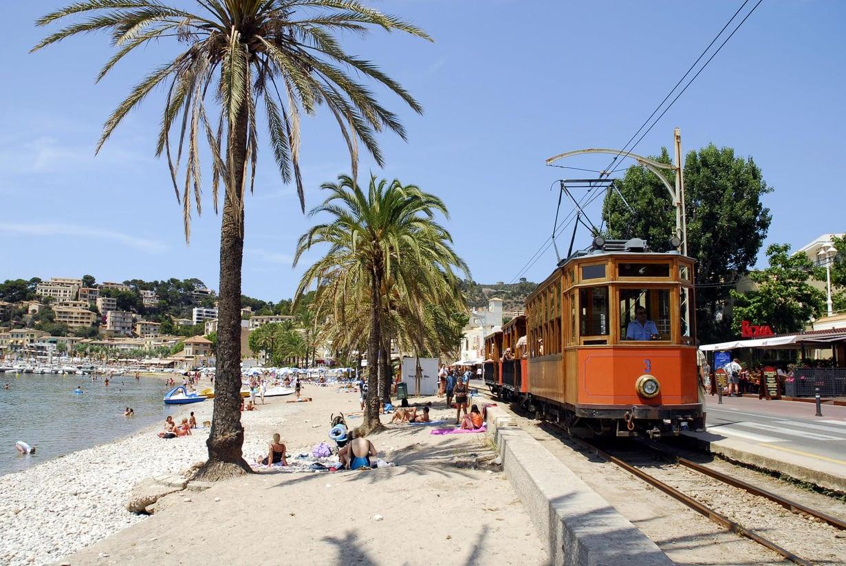 """Paseo Sagreran rantakadulla voit ottaa """"palmu-kylvyn"""", ihailla veneitä ja pysähtyä syömään.  Sóllerin juna on kulkenut Palmasta vuodesta 1912."""