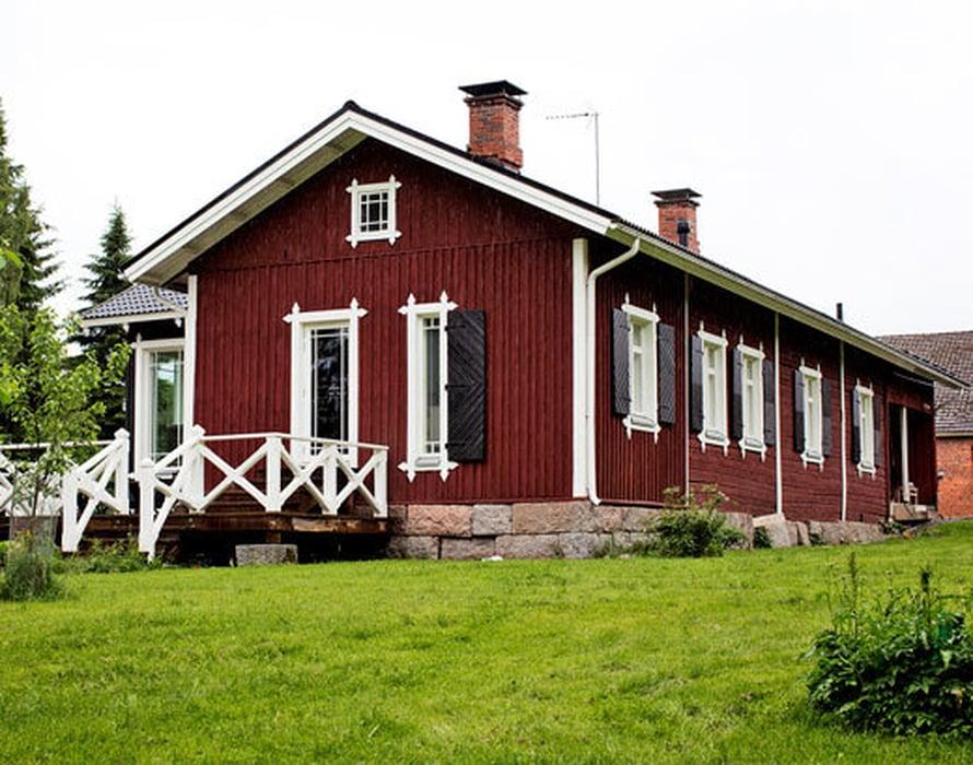 <p><p>Yli satavuotias talo on korjattu pieteetillä. Isäntä on nikkaroinut näyttävät ikkunanpokat. Taloon tehtiin remontissa laajennusosa ja terassi.</p></p>