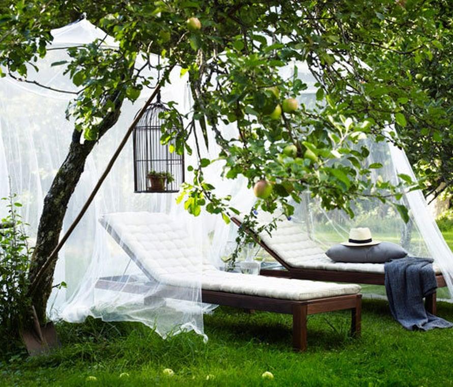 <p><p>Hyttyset eivät häiritse nukkujaa, kun lepotuolin ylle ripustaa verkkokatoksen. Kuva: Ikea</p></p>