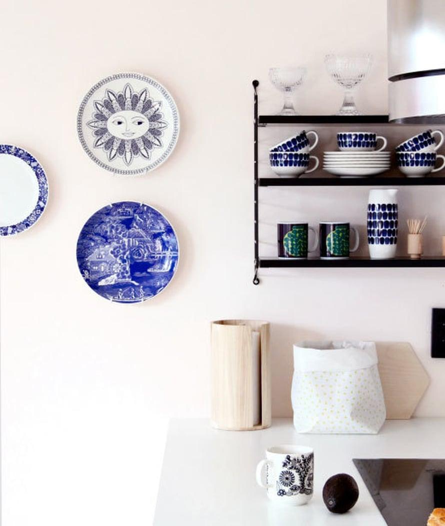 <p><p>Samalla ruuvattiin seinään String-hylly, johon pääsevät kaikista kauneimmat astiat. Arabian seinälautaset tuovat lämpöä keittiöön. </p></p>
