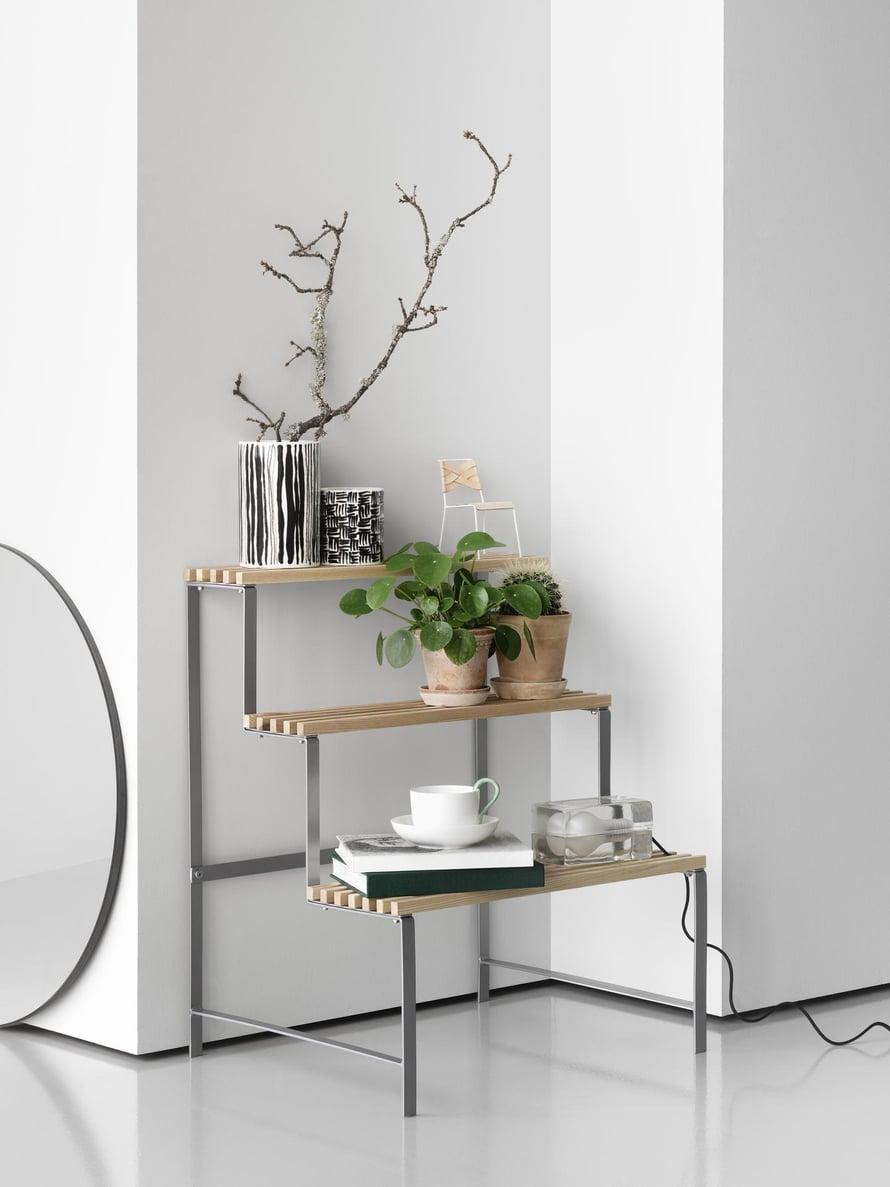 Design House Stockholmin  viherkasveille tarkoitettu tikas muistuttaa vanhanajan kukkatelineitä. Sirolle kalusteelle voi tehdä monenlaisia sommitelmia.  Flower pot stand  217 e, finnish-designshop.com.