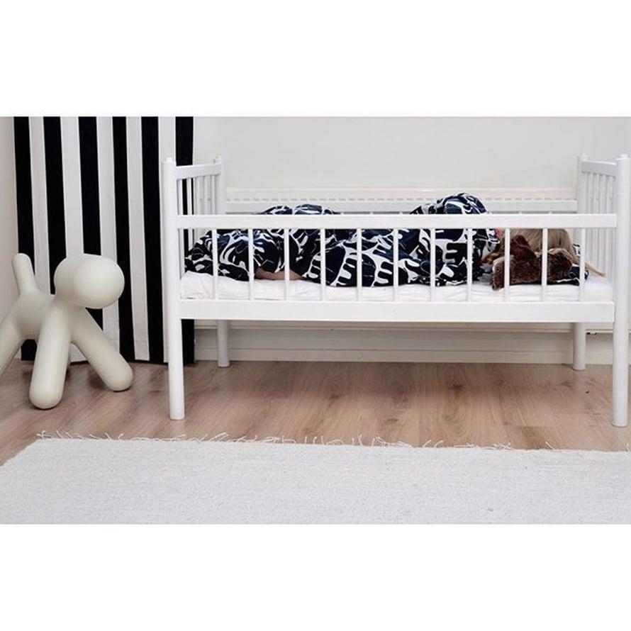 @marjukkall on itse entisöinyt vanhan Niemen tehtaan sängyn. Puppy on Eero Aarnion ja lakanat Finlaysonin.
