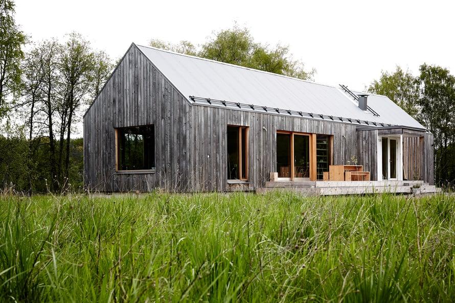 Talon ulkopinta on käsittelemätöntä haapaa ja katto poimupeltiä.