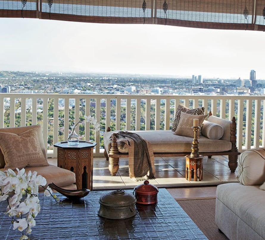 <p><p>Terassi jatkaa olohuonetta. Intialaiselta päivävuoteelta voi ihastella Los Angelesin silhuettia.</p></p>