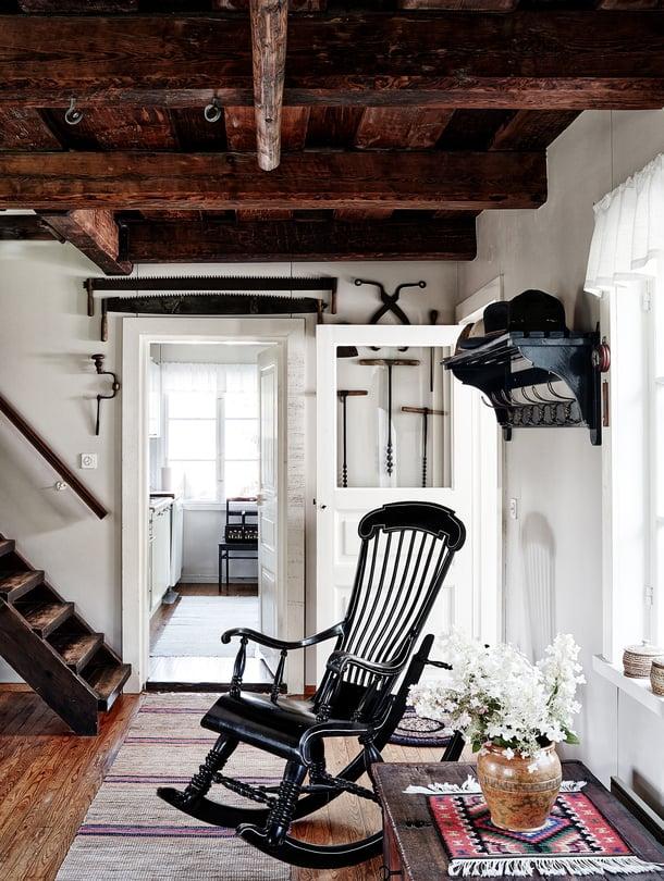 Talon keinutuolit ovat perheen aarteita vanhempien lapsuudesta. Tuvan portaikko johtaa yläkertaan ja ovi keittiöön. Päätalon keittiö on remontoitu 2000-luvulla.