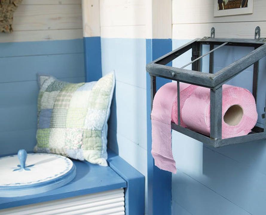 <p><p>Sininen on usein mökkihuussin vallitseva väri. Tässä puuceessa sisustus on varsin romanttinen, huomaa myös koristemaalattu kansi! Kuva: Tikkurila</p></p>