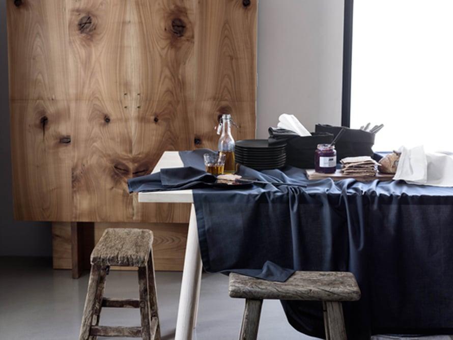 <p><p>Tässä on kunnon syvän indigonsininen pellavainen pöytäliina, jonka valkoinen pöytä raikastaa. Kuva: H&M Home</p></p>