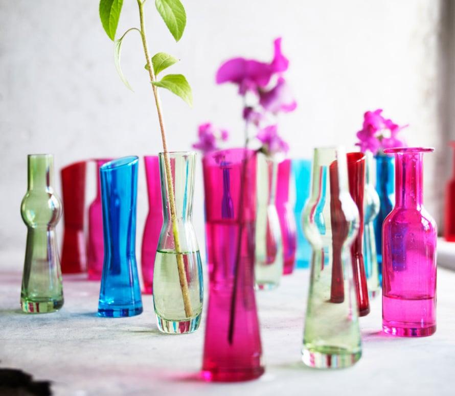 Maljakoiden ei suinkaan tarvitse olla kirkkaita ja huomaamattomia. Kokoa yhteen monta värikästä maljakkoa, niin saat roimasti lisää väriäkukkapöytään. Jo pelkät maljakot näyttävät kivoilta, vaikka kukkia ei lopulta niin paljon lahjaksi tulisikaan. Kuva: Ikea.
