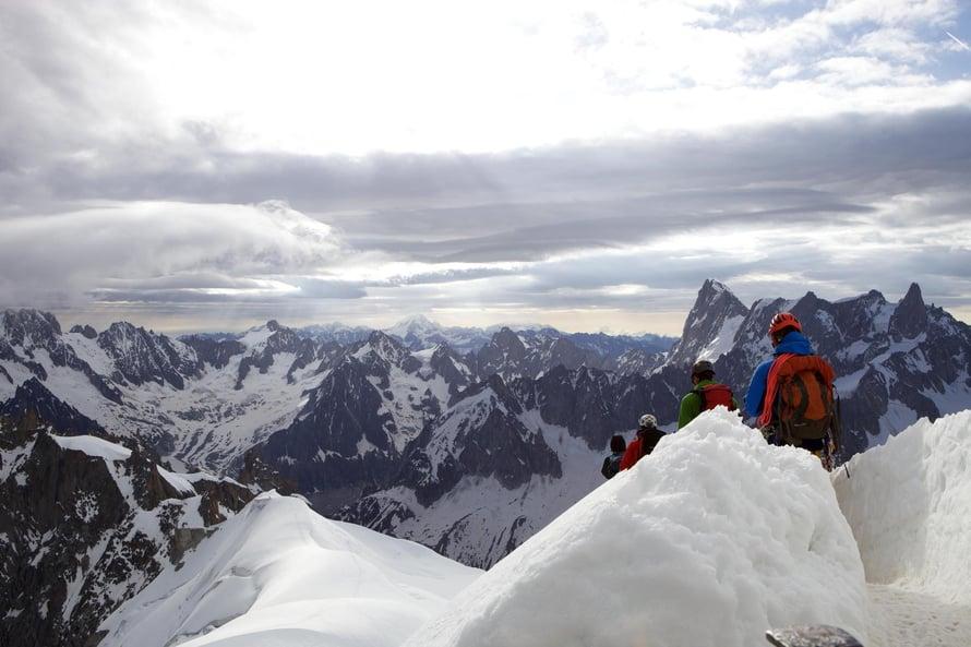 Vuorikiipeilijät jatkavat matkaansa Aiguille du Midin funikulaariasemalta.