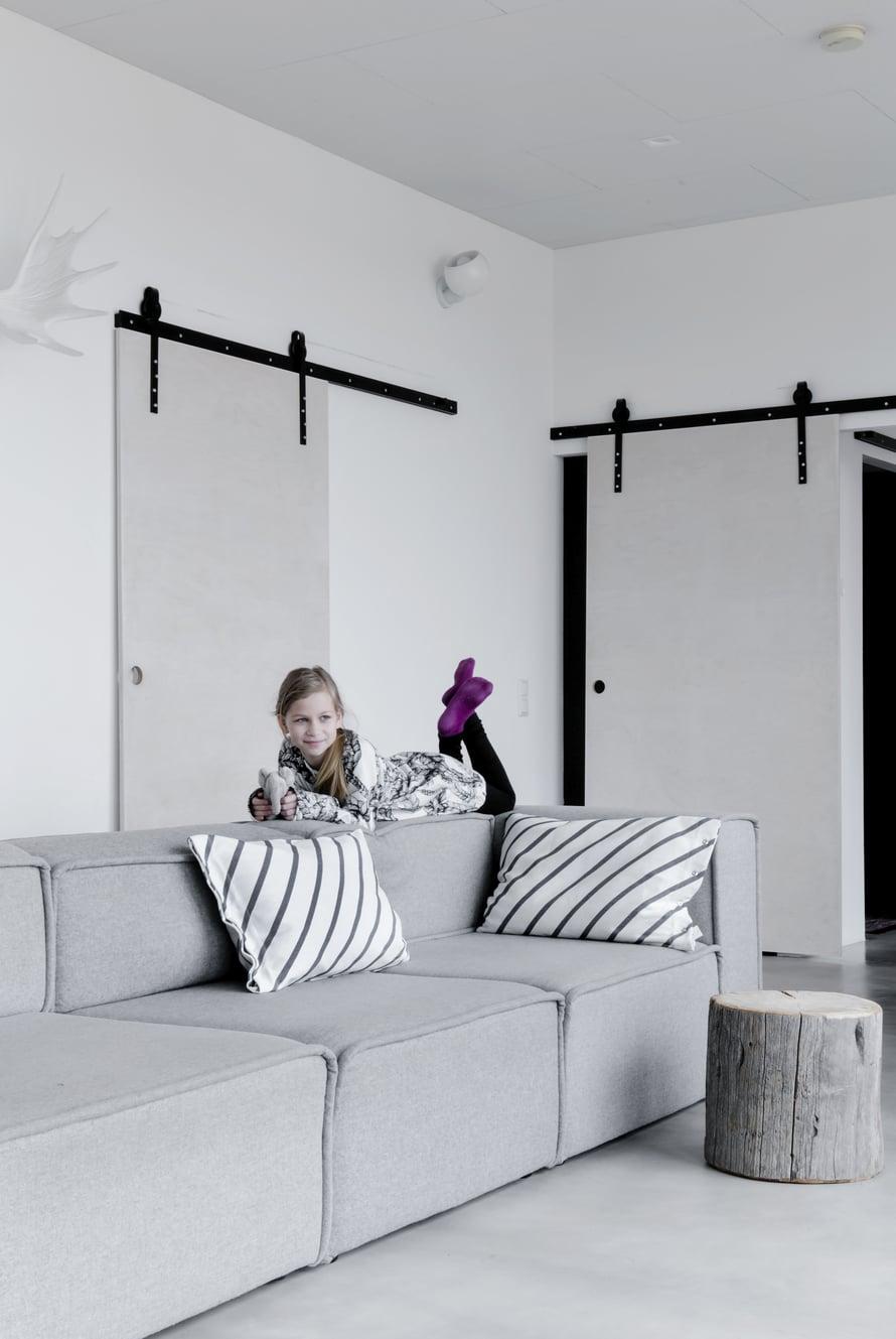 BoConceptin moduulisohva muuntuu moneen muotoon. Sohvan osat keräiltiin ympäri Suomea eri Vepsäläisiltä, koska ostohetkellä mallin valmistaminen harmaalla villakankaalla oli lopetettu.