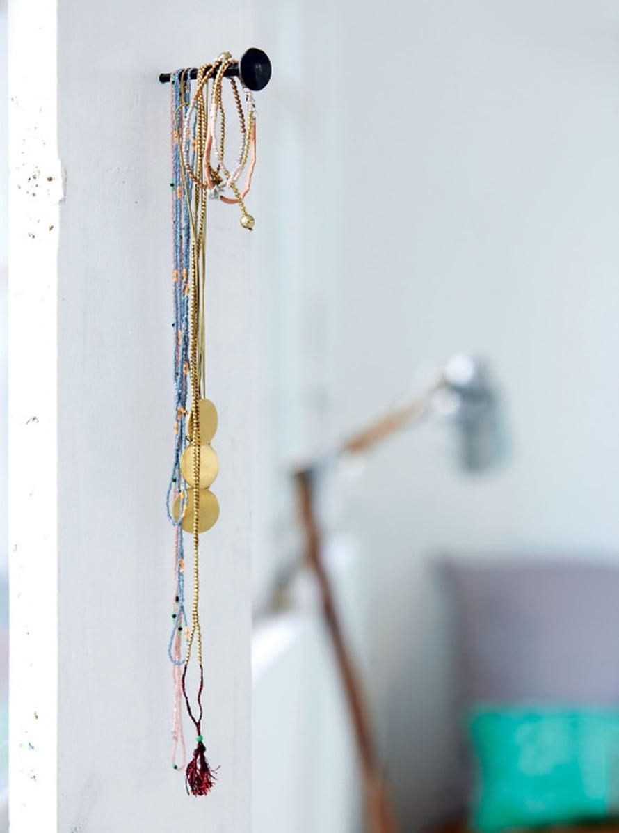 Yksi naula seinässä voi olla näin näyttävä, kun se kantaa koruja. Kuva: House Doctor
