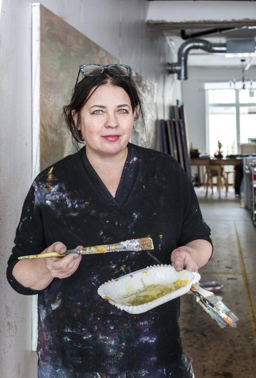 Kuvataiteilija Nanna Susi laittaa kotiaan samantapaisella ekspressiivisellä otteella, jolla hän maalaa teoksiaan.