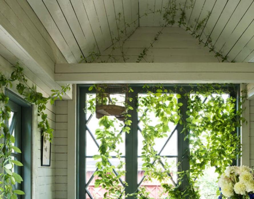<p><p>Sisustusarkkitehti Hanni Koroman piirtämät lasiovet luovat kesämajan tunnelman ja antavat sopivasti valoa kattoa ja seiniä  kiertäville kelloköynnöksille. Sisustus on sekoitus uutta ja vanhaa. Suurelle ruokapöydälle mahtuu tarpeen mukaan joko levittämään työpaperit tai istumaan iltaa ison joukon kanssa. </p></p>