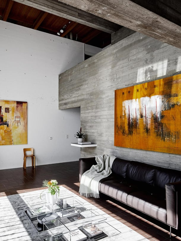 Olohuoneen suuret  keltasävyiset maalaukset Julius hankki aikoinaan balilaistaiteilijalta. Tässä kodissa oli niille vihdoin sopiva paikka. Sohva tilattiin Living Divanilta ja matto ITC Essenceltä. Cassinan keveä Mex-sohvapöytä on kaksiosainen.