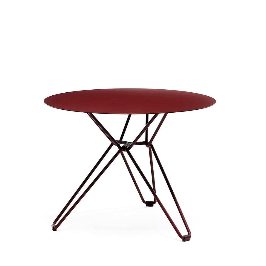 Ruotsalaisen Massproductionsin metallinen Tio-pöytä toimii monessa meiningissä, myös sohvapöytänä, 437 e, Finnishdesignshop.fi.