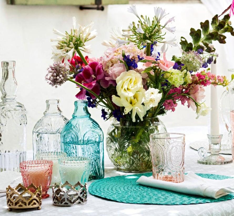 Usein yhden lahjantuojan kukat laitetaan yhteen maljakkoon ja toisen toiseen. Näin maljakot loppuvat kesken ja kukka-asetelmista tulee perinteisiä. Saat aikaan näyttävän kimpun, kun yhdistelet erilaisia lahjakukkia samaan maljakkoon. Vielä mielenkiintoisempia asetelmia saat, kun poimit maljakoihin etukäteen oman puutarhasi kasveja ja yhdistelet lahjakukkia niiden sekaan. Kuva H&M Home.