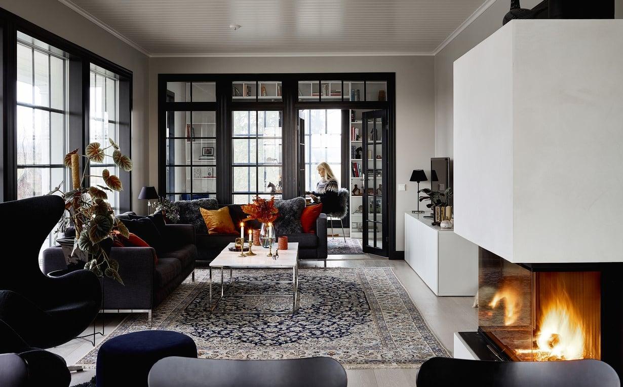 Olohuoneen suurista ikkunoista aukeaa rauhallinen maalaismaisema. Puhdaslinjainen kiertoilmatakka on Hoxterin mallistosta.