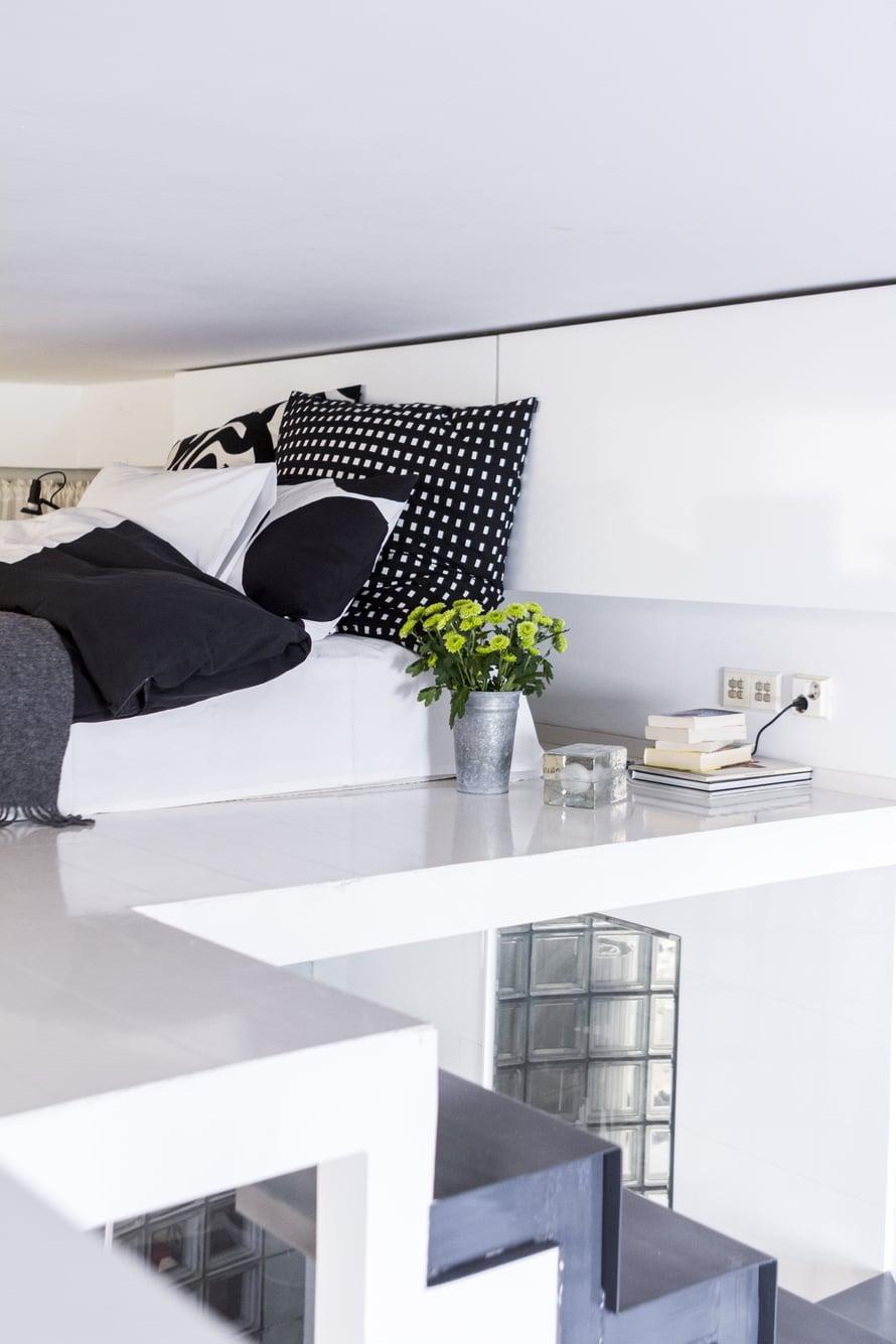 Sängyn tyynyt on verhoiltu Marimekon kankailla. Block-valaisin on Harri Koskisen suunnittelema.