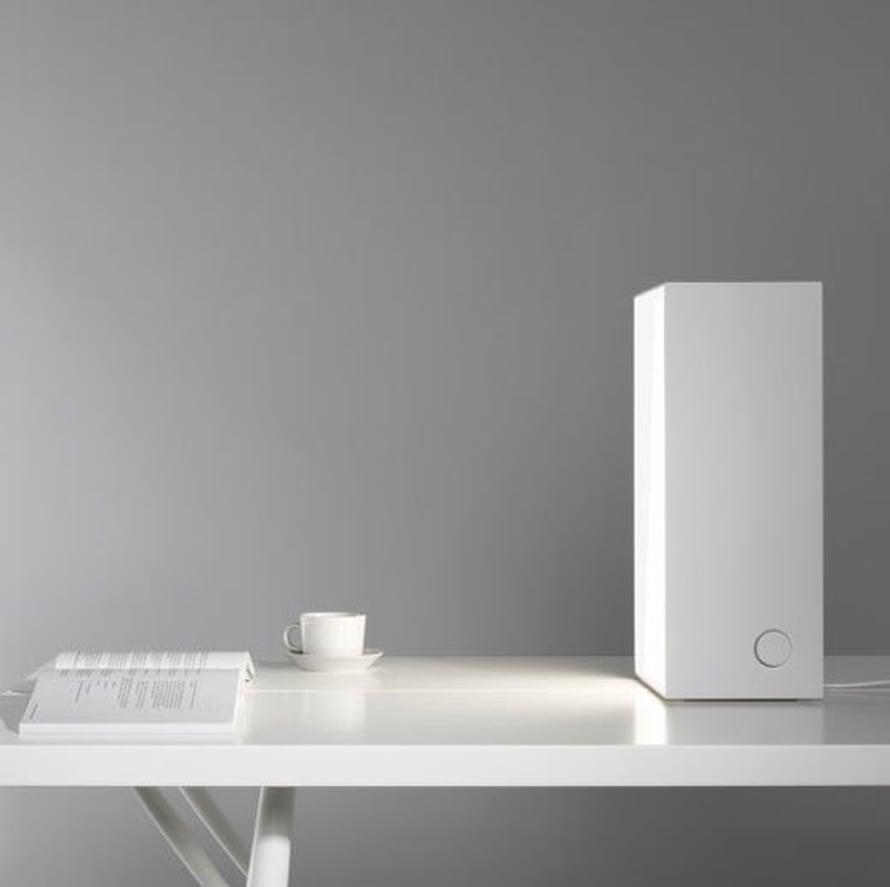 <p><p>Artekin Bright white 1 -kirkasvalo on eleetön ja tyylikäs aamukahvipöydässä. Valon on suunnitellut Ville Kokkonen, 570 e, Finnishdesignshop.fi.</p></p>
