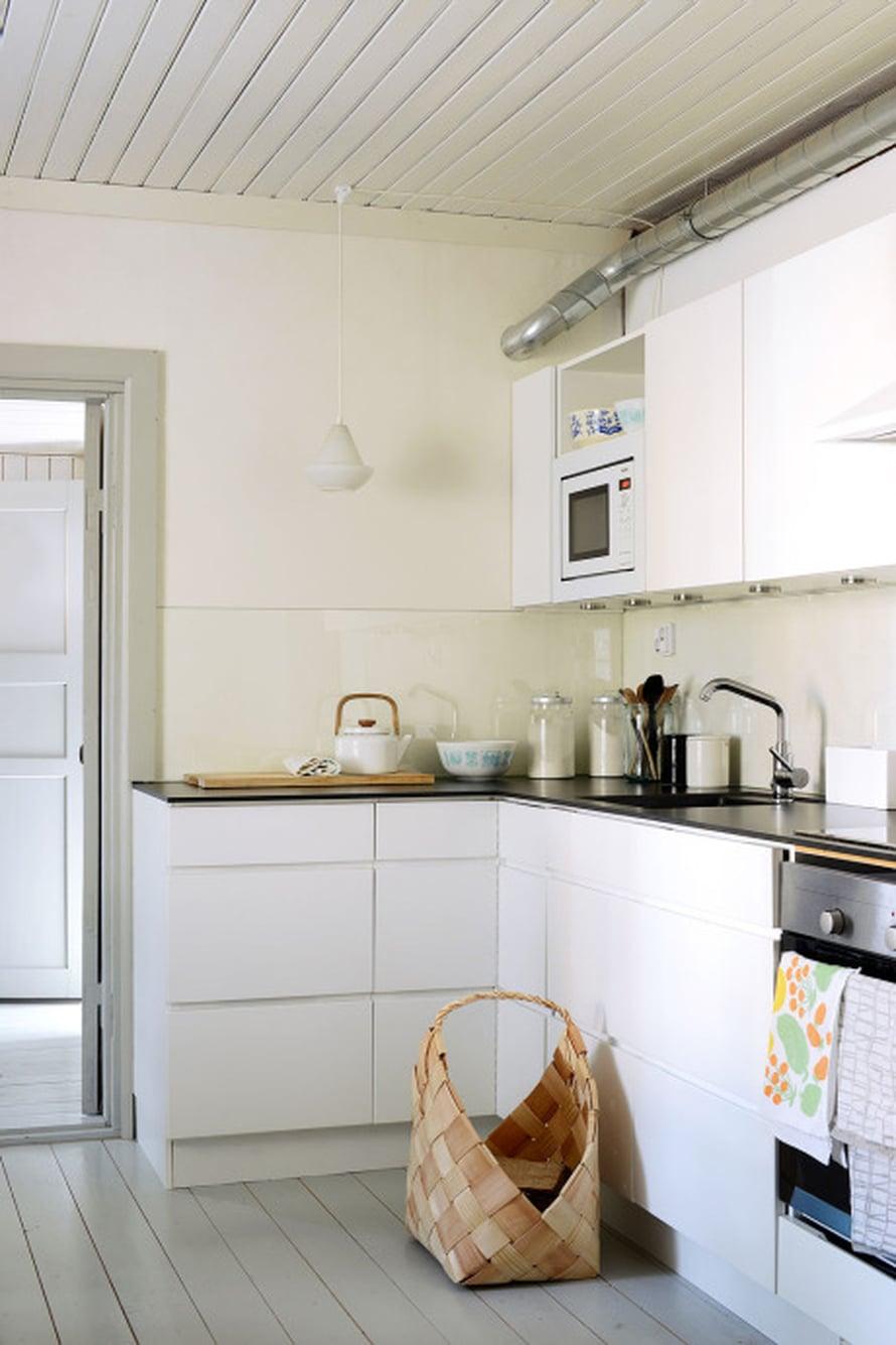 Keittiö on moderni ja toimiva. Kaapistot ovat Kvikin, välitilassa on lasia.