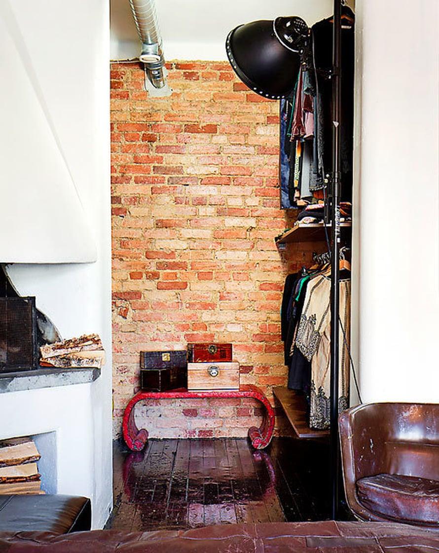 <p><p>Remontissa Nanna halusi näkyviin mahdollisimman paljon vanhaa tiiliseinää.  Vaate- ja pukeutumishuone sijoitettiin makuuhuoneen syvennykseen.  Lattiat on maalattu kiiltävän mustiksi.</p></p>