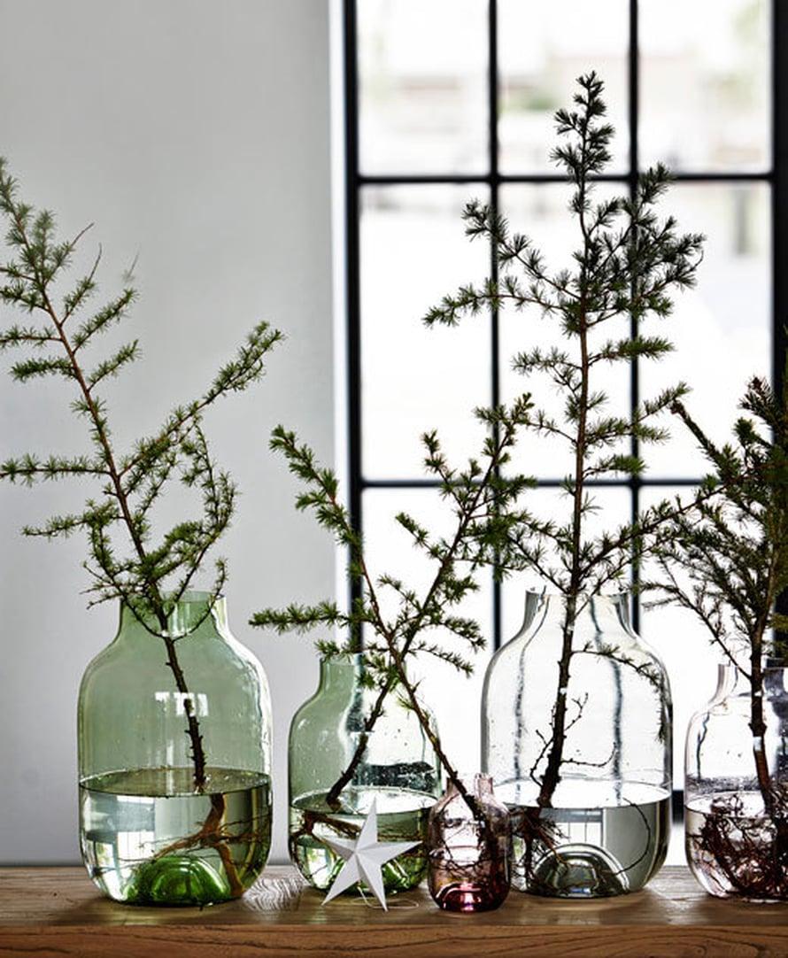 <p><p>Kerää muutama havunoksa lasimaljakoihin, niin saat jouluisen tuoksun kotiin. Kuva ja tuotteet: House Doctor</p></p>