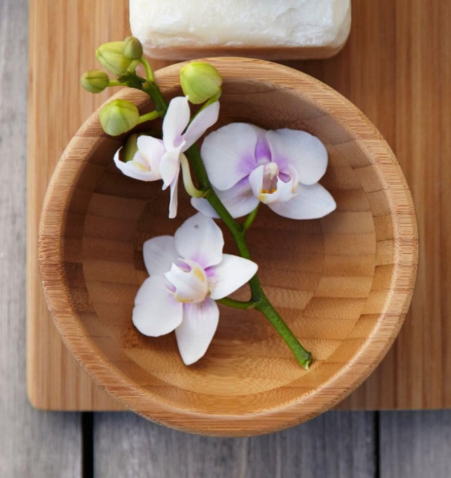 Varsinkin tukevavartiset kasvit saat kauniisti esille myös vaakatasoon aseteltuna. Laita kukka lautaselle tai puukulhoon - muista kuitenkin myös vesi! Kuva: Ikea.