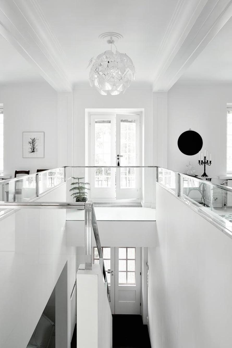 Kodin keskipisteenä on suuri portaikko, joka jakaa yläkerran vasemmalla sijaitsevaan olohuoneeseen ja oikealle olevaan keittiöön ruokailutiloineen. Mikan isoisoäidin vanhasta Singeristä tehtiin sivupöytä vaihtamalla ompelukone marmoriseen tasoon.