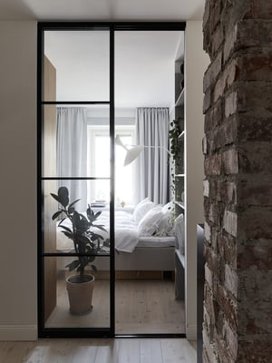 Makuuhuoneen lasiovet teetetttiin Suomen Lasitehtaassa. Kitinvärisellä kankaalla verhoiltu vuode Familon. Valaisin on Le Corbusierin suunnittelema Lampe de Marseille.