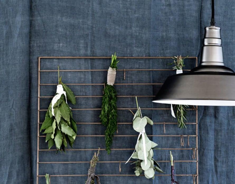 <p><p>Itse kuivatut yrtit sopivat maustamaan ruokia mutta myös koristavat keittiötä. Tässä on hauska idea solmia yrtit kuivumaan ritilään keittiön seinälle. Kuva: Broste Copenhagen.</p></p>