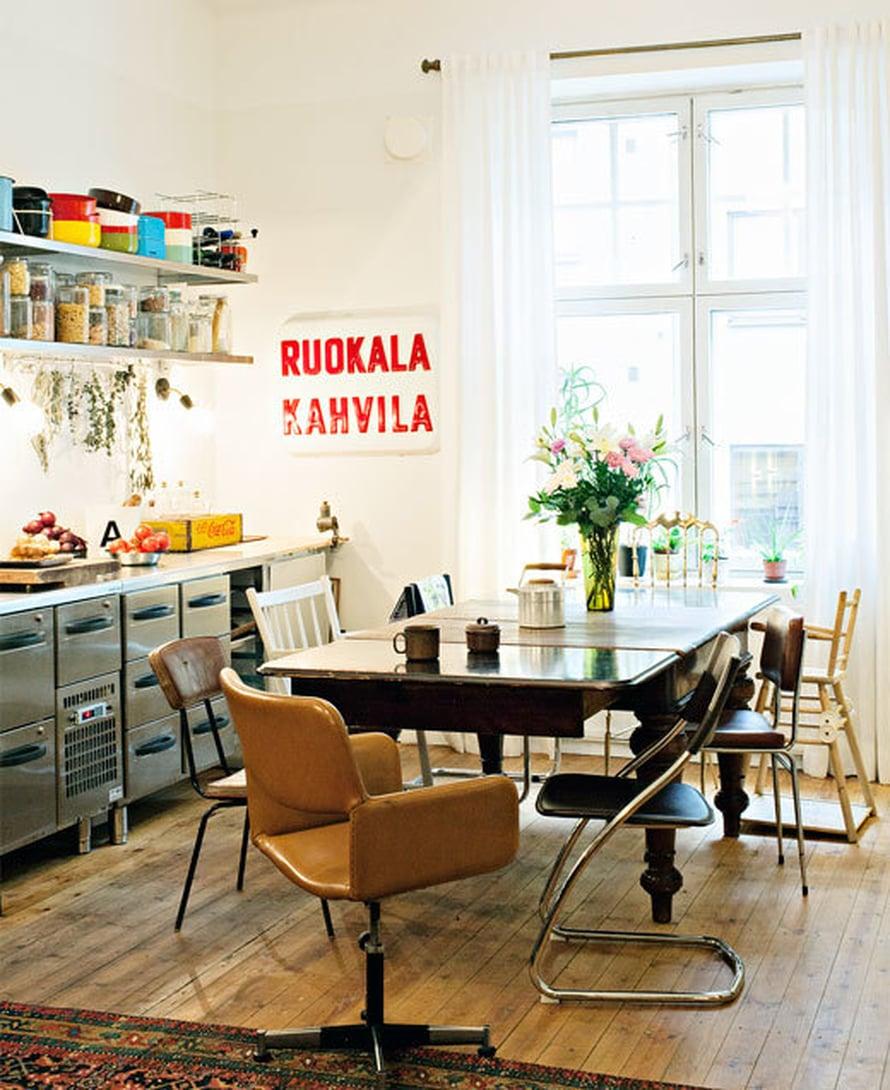 """<p><p>Jugendpöytä löytyi roskalavalta Merikadulta Helsingistä. Tuolit ovat """"sieltä täältä"""", esimerkiksi roskalavalta Tallinnasta. </p></p>"""