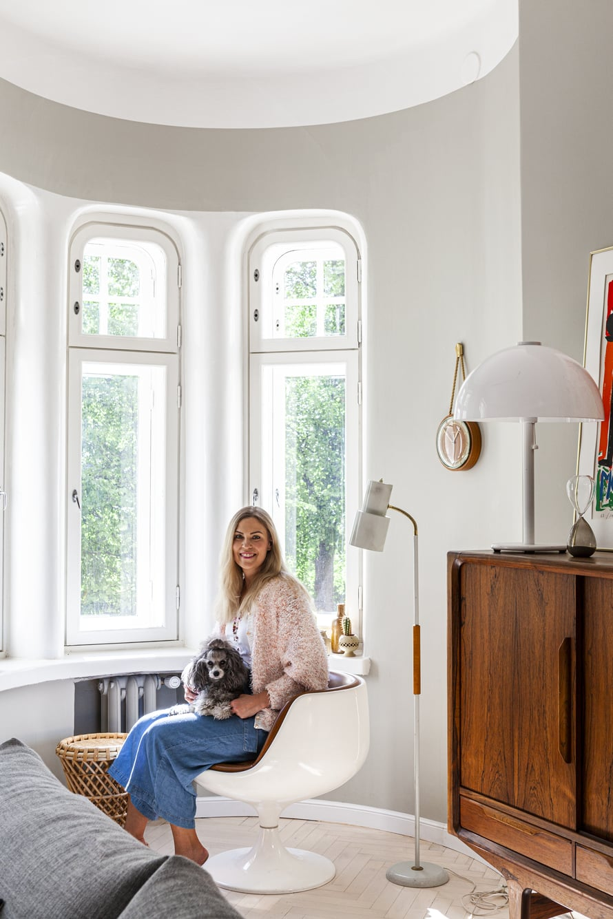 Sisustussuunnittelija Meja Hynynen sisusti kotinsa kierrättämällä. Remontin hän suunnitteli rakennuksen aikakautta kunnioittaen ja vanhaa vaalien.