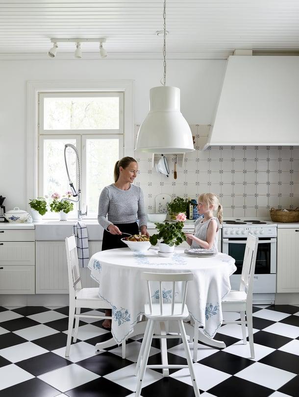 Helkan toive keittiöön oli salmiakkilattia, joka toteutettiin Bauhausin lattialaatoilla. Seinään valittiin Kaakelikeskuksen välimerellinen kaakelimalli. Kaapistot ja valaisin Ikeasta.