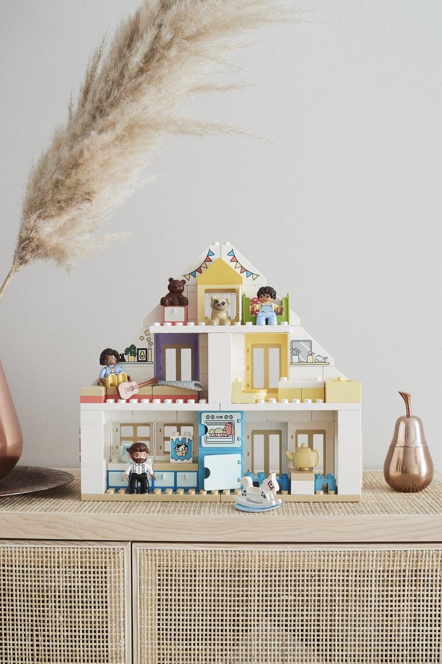 Roolileikkeihin kannustava Moduulileikkimökki on vaaleansävyinen LEGO DUPLO -uutuus, joka löytää paikkansa paraatipaikalta olohuoneen kaapin päältä.