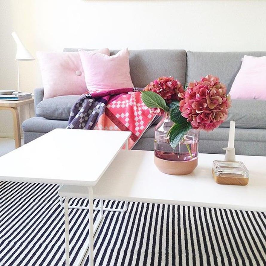 @vaihtelevastivalkoista taas koristeli sohvapöydän upeilla hortensian oksilla.