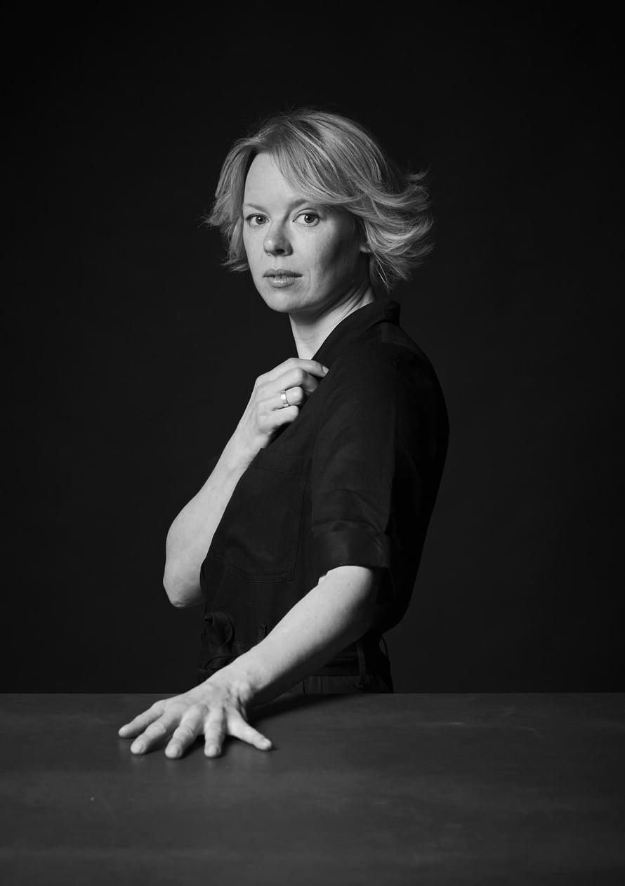 """Alma Pöystin mielestä Tove-elokuvan kielivalinta on tärkeä. """"On ihanaa, että kerromme ruotsiksi ihmisistämme, jotka puhuivat ruotsia."""""""